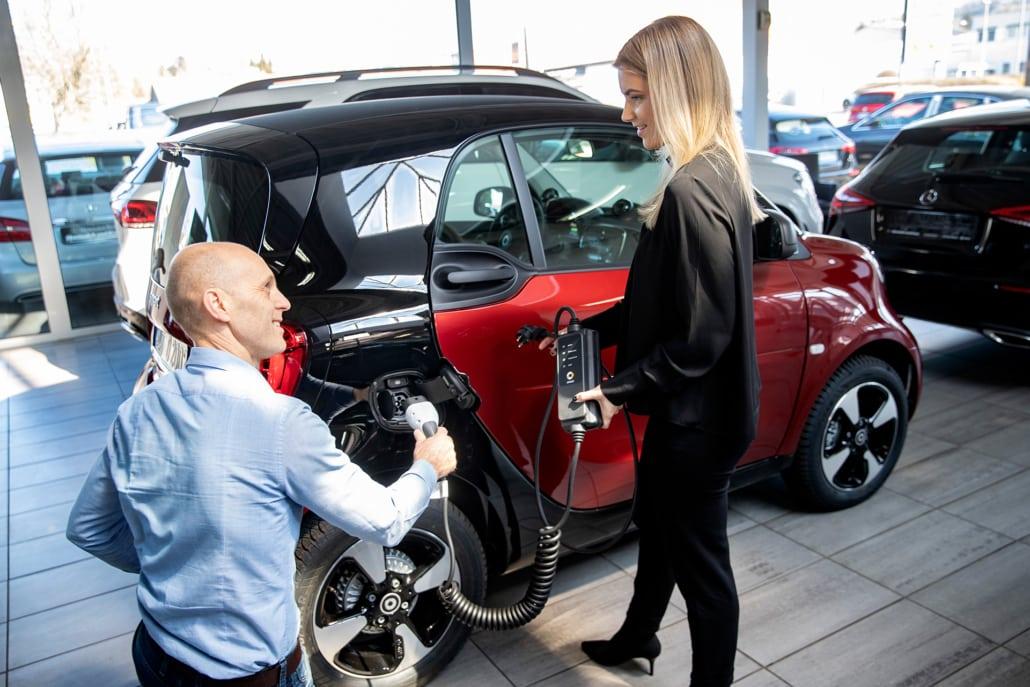Mercedes Benz Autohaus bei Autokauf Beratung
